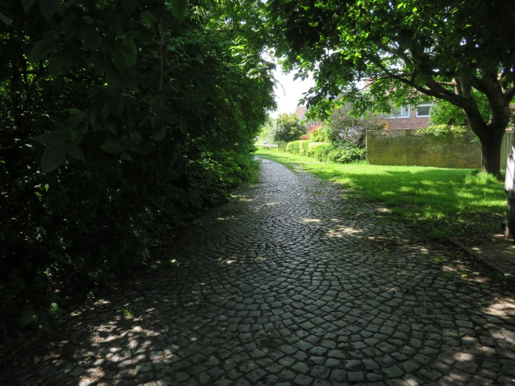 The cobbled footpath at Deans Drive